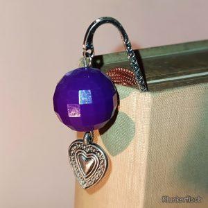 Lesezeichen aus Metall mit Anhänger aus lila Kugel und kleinem Herz