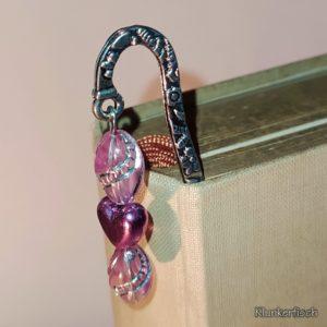 Lesezeichen aus Metall mit Anhänger aus rosa Glasperlen und kleinem Herz