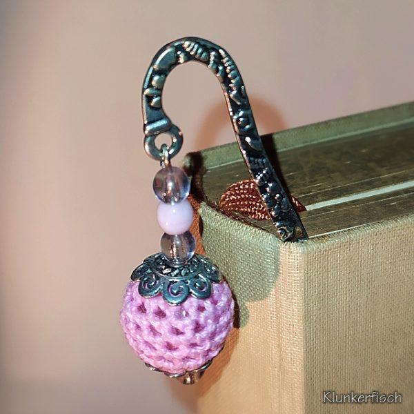 Lesezeichen aus Metall mit Anhänger aus rosa Perlen