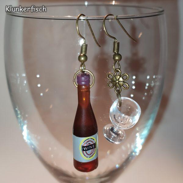Witzige Ohrringe für Weingenießerinnen: Weinflasche mit Weinglas