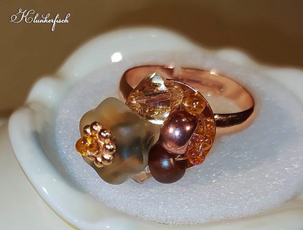 Bridgerton-Ring mit braun-orangem Blümchen