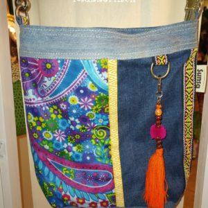 Tasche / Beutel aus Jeans und bedrucktem Canvas in Blau mit Taschenbaumler